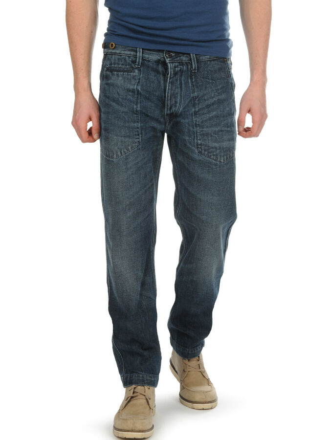 Wie Männer passende modische Jeans finden