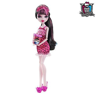 So feiern Barbie Monster-High-Puppen Draculas Geburtstag