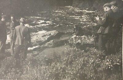 E091 Frau im Fluss mit Soldaten Norwegen Norway 1942