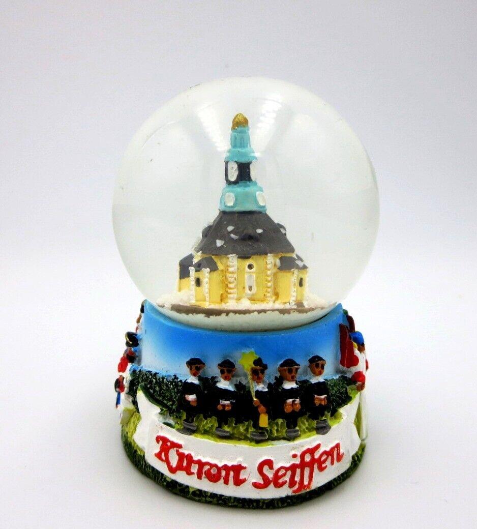 kleine Schneekugel Seiffen Erzgebirge Spielzeugdorf Kirche Snow Globe Souvenir