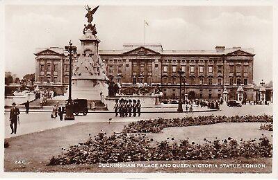 Buckingham Palace Statue (Queen Victoria Statue, BUCKINGHAM PALACE, London RP)