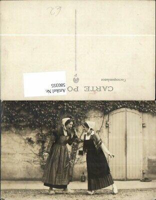 580355,Zwei Frauen Theaterszene Theater Kostüm Holzschuhe