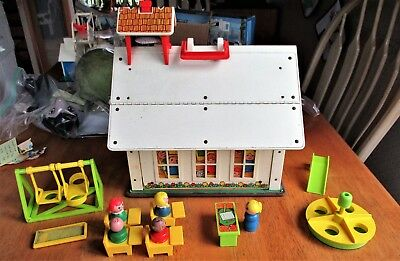 VINTAGE FISHER-PRICE #923 SCHOOL HOUSE W, ACCESSORIES & LITTLE PEOPLE. (4696)