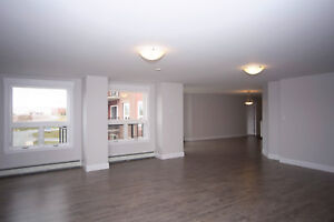 Luxury 2 + Den Apartment-Russell Lake-Parking+Fitness Centre!
