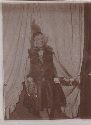 Foto Hübsche Frau im Kostüm mit alter Puppe Spielzeug Sekt 20er - Alt Frau Kostüm