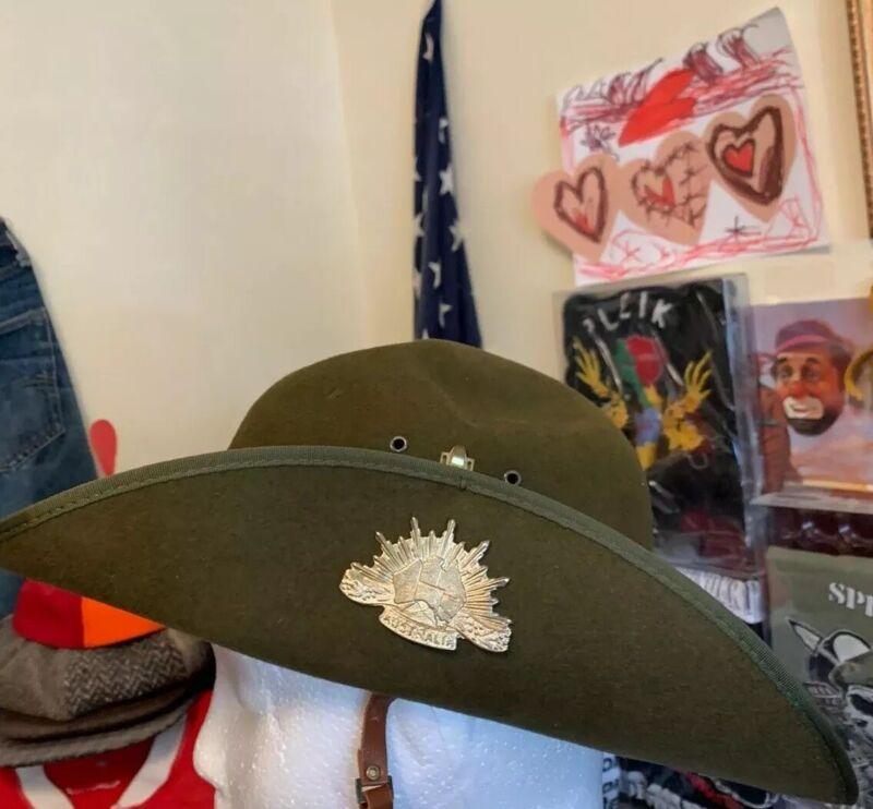 """Vintage WWII ERA AUSTRALIAN MILITARY Forces Slouch Hat W/ Pin Badge Hat. 21"""" Inc"""