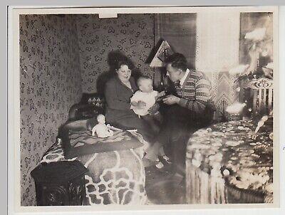 (F30526) Orig. Foto Paar mit Kleinkind in der Stube 1929