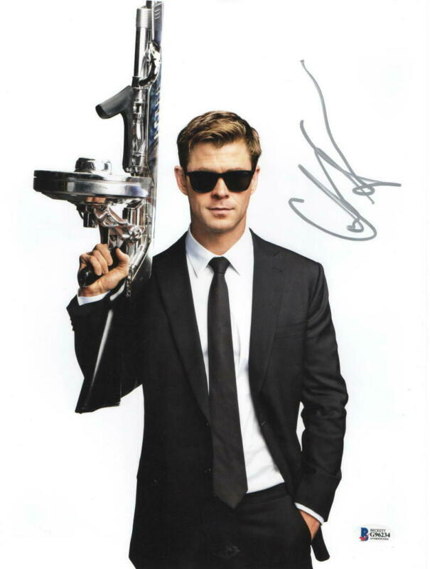 CHRIS HEMSWORTH SIGNED MEN IN BLACK 11X14 PHOTO AUTHENTIC AUTOGRAPH BECKETT B