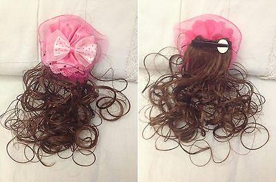 Clip per capelli con Ciocca di Capelli e Ricamo e Fiocco Rosa -  Nuova