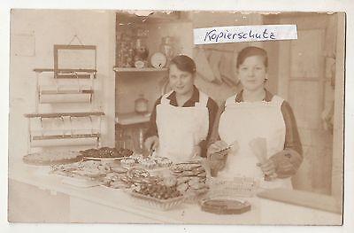 Foto zwei Bäckerei Verkäuferinnen mit schönen Backwerk Kekse Kuchen um 1920/30