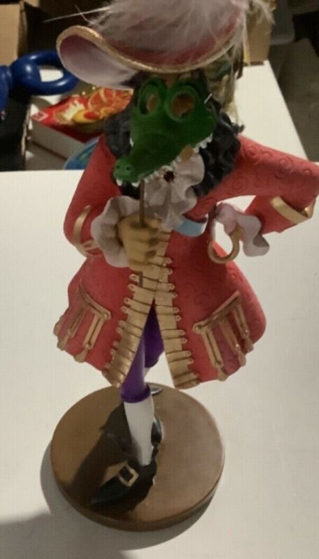 Enesco Disney Showcase Collection Couture Masquerade Captain Hook 4046626