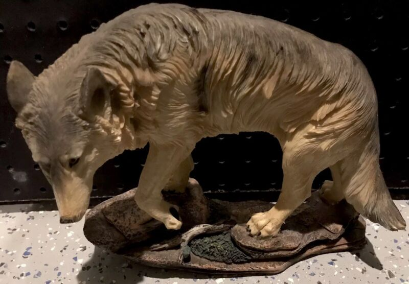 Wolf figurine statue Resin 8.5x10 Inches