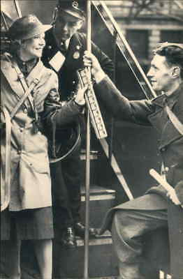 POSTCARD SOCIAL HISTORY YESTERDAYS BRITAIN LONDON PLATFORM GIRLS 1940