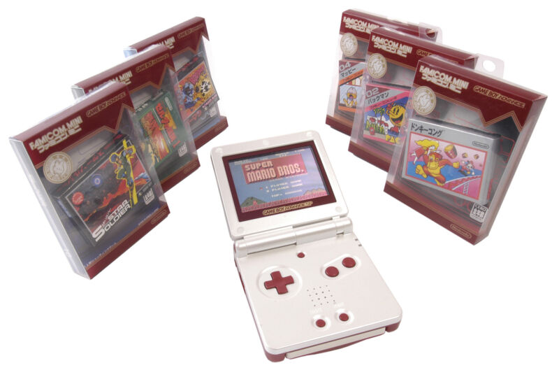 Als Verbeugung vor der Konsolen-Urzeit gibt's den Bestseller GBA SP im Retro-Design als Famicom Mini. (© Gameplan.de)