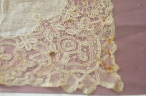 EXQUISITE ANTIQUE LACE WEDDING HANKY WITH SILK INTERIOR TT316