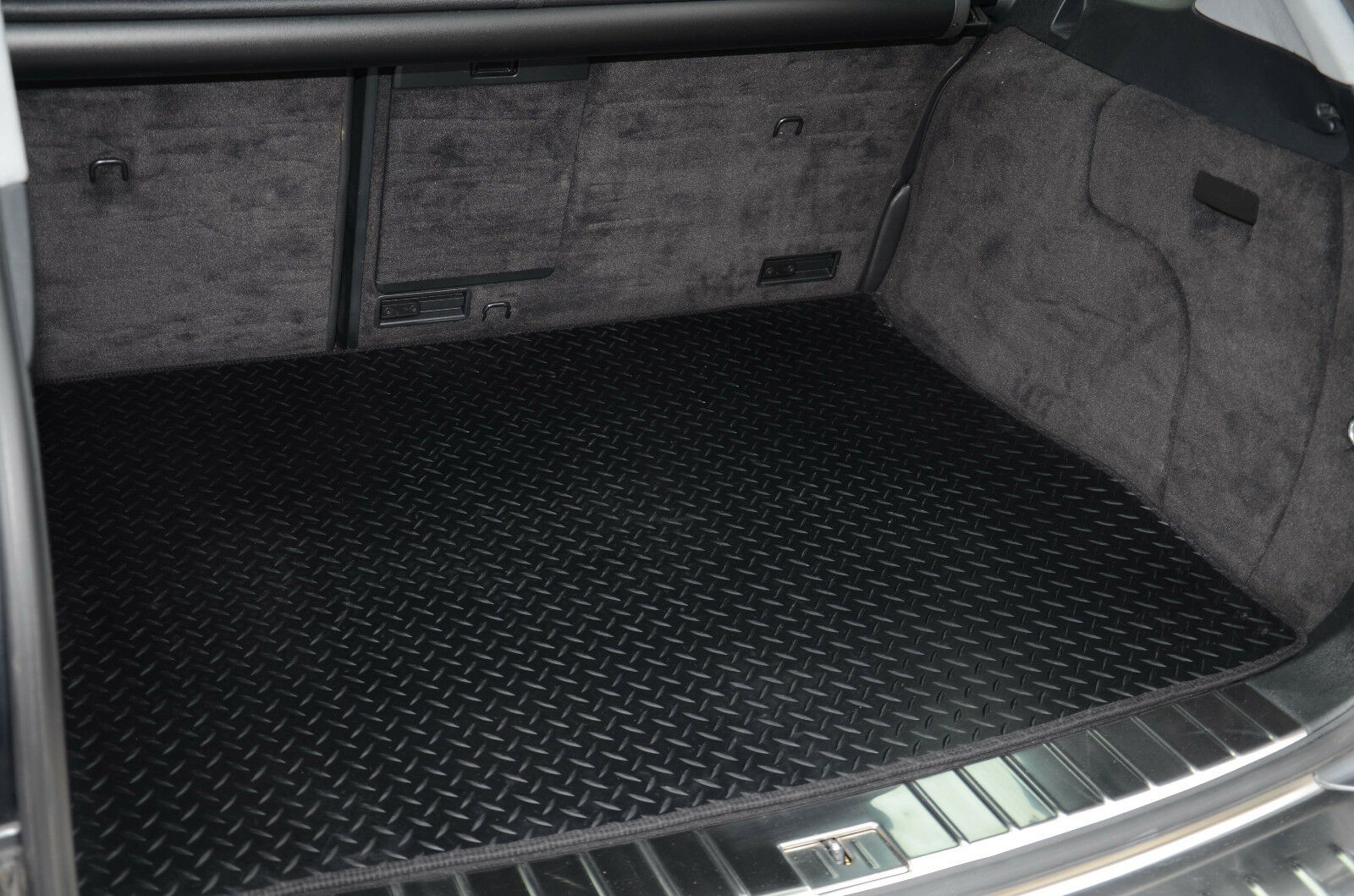 Range Rover Vogue 2002-2012 Fully Tailored Black Rubber Car Boot Mat