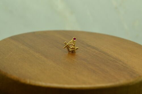 10K YELLOW GOLD MASONIC DESIGN WITH A PINK RUBY SCREW ON PIN -TINY