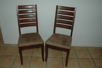 8 WOODEN DINING CHAIRS.