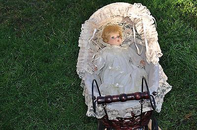 schöner nostalgischer Korb Puppenwagen  mit Puppe