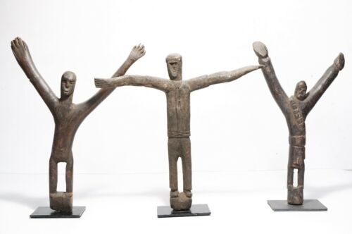 3 carved ancestral figurines with arms wide open - Atoni - Timor