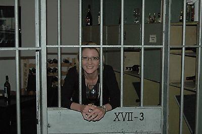 Christine Dördelmann öffnet die Türen ihres Tresoraths