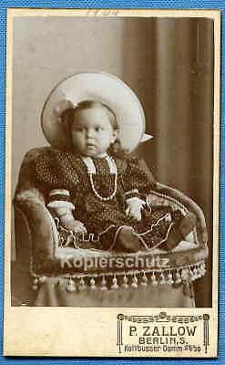 Foto, Kleinkind mit Strohhut im Sessel, um 1909 - Kleinkind Strohhut