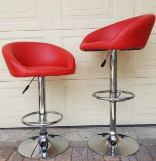 2 RED AND CHROME GAS LIFT SWIVEL BAR/KITCHEN BENCH STOOLS