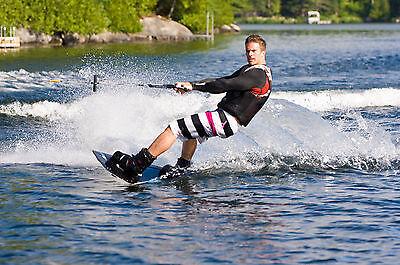 Das Wakeboarding ist eine Weiterentwicklung des Wasserskilaufens (Foto: Thinkstock)