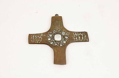 Antikes Kruzifix. Kupfer mit weißem Stein oder Glas.