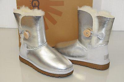 Neu Ugg Uggs Klassisch Kurz Metallisch Silber Leder Bailey Knopf Stiefel 7 Eu 38 ()