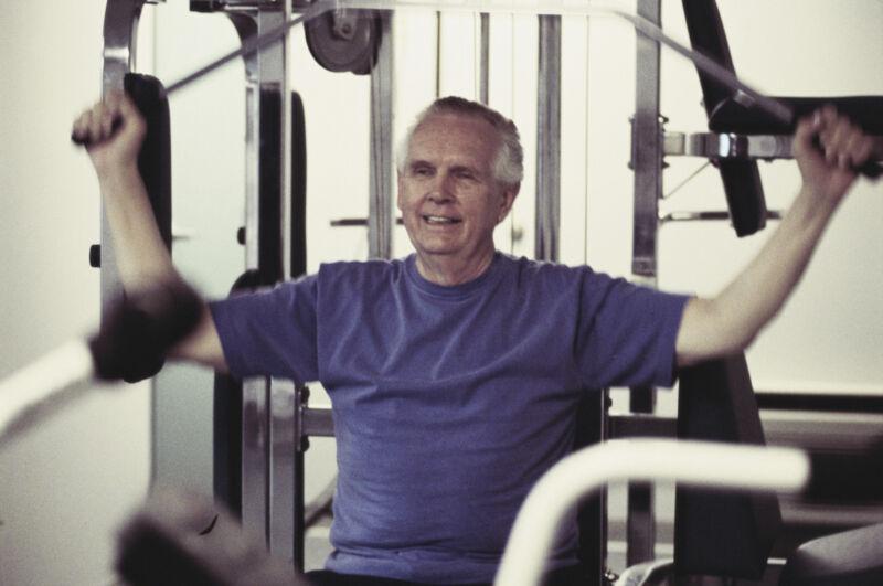 Eine Kraftstation zu Hause ersetzt den Gang ins Fitnessstudio. (Foto: Thinkstock)