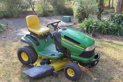 John Deere LA145 48in cut Ride on lawn mower 22hp v-twin engine