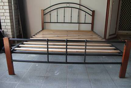 Queen Size Wood and Metal Bed, excelent condition