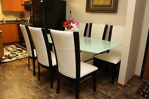 A BEAUTIFUL GLASS DINING TABLE & 6 CHAIRS