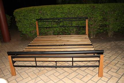 King Size Wood and Metal Bed, excelent condition