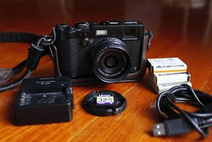 Fuji X100T Black + 3x Batteries + 32gb SD + Leather Accessories