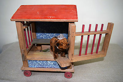 alter Holzwagen mit Plüsch Bär & Stimme - mechanisch , Zirkuswagen (114-17)