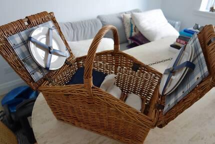 Picnic Basket - 4 x plates, cutlery, glasses, napkins