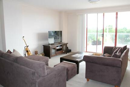 Spacious Top Floor Apartment with new bed, smart tv, and AirCon