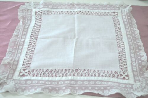 BRIGHT AND CRISP VINTAGE ANTIQUE HAND MADE LACE WEDDING HANKY TT318