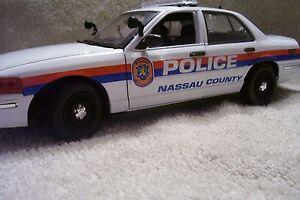 nassau county n y police ford cv with working lights and siren 1 18 model car ebay. Black Bedroom Furniture Sets. Home Design Ideas
