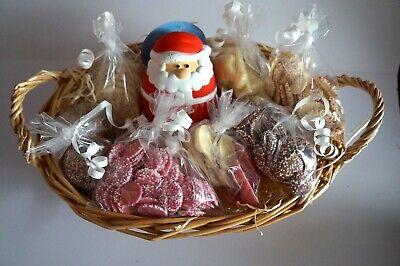 DOG CHRISTMAS BASKET WITH 7 SPECIALTY DOG CHOCS & SQUEAKY SANTA CUPCAKE DOG TOY ()