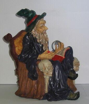 Zauberer Magier, Lesestunde, auf Thron und Zauberbuch, Polyresin, 22x16x15cm