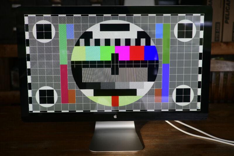 "27"" Apple Cinema Display MC007LL/A 27 in. - Beautiful and Clean!"