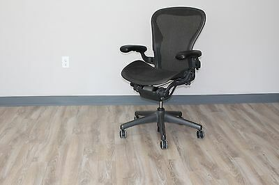 "Herman Miller Aeron Chair Size ""B"" in Carbon Pellicle Classic on a Graphite Base segunda mano  Embacar hacia Mexico"