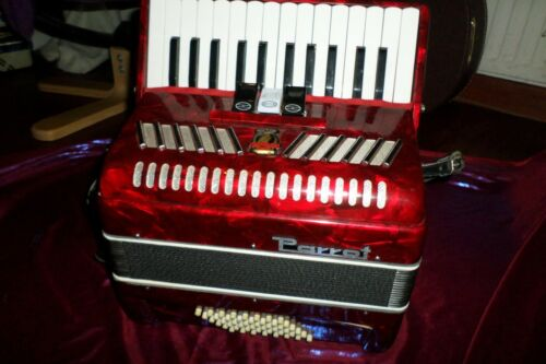STUNNING PARROT ACCORDION 48 BASS SMALL COMPACT AND LIGHT WITH A SUPER TONE !!