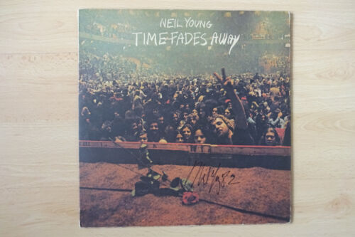 """Neil Young Autogramm signed LP-Cover """"Time Fades Away"""" Vinyl ACOA"""
