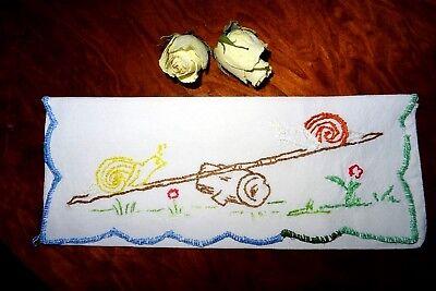 Taschentuchbehälter bestickt mit Schnecken auf der Wippe u. Festonbogenrand TOP