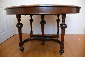 Beautiful solid walnut dining table, early 20th century, extends