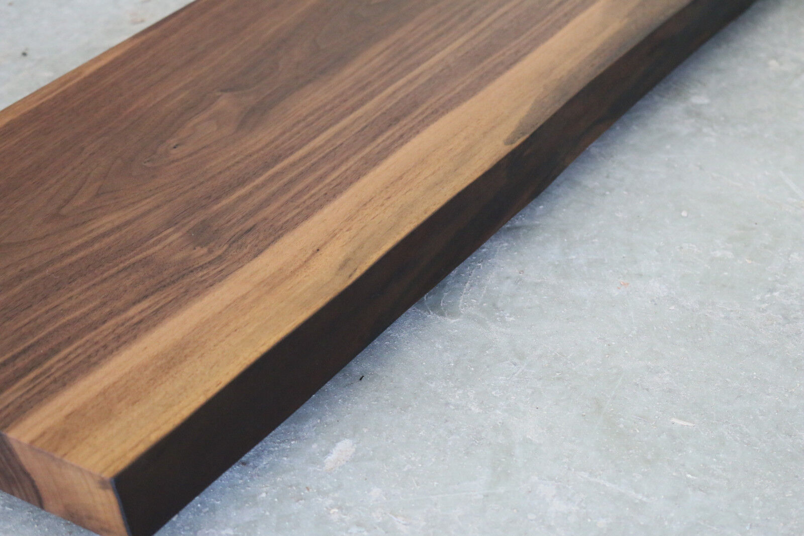 platte nussbaum massiv holz mit baumkante leimholz. Black Bedroom Furniture Sets. Home Design Ideas